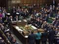 Britský parlament odhlasoval zákon o ďalšom odklade vystúpenia z EÚ