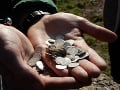 Pri rekonštrukcii francúzskeho sídla objavili vzácne mince: Vydražili ich za viac než milión eur