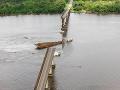 VIDEO Trajekt narazil do diaľničného mosta: Dve autá skončili vo vode, nasadili potápačov
