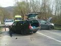 Čelná zrážka troch áut pri Považskej Bystrici: FOTO Traja ranení, cesta je uzavretá