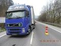 Hrozivá nehoda v Radoli: FOTO Chodec vbehol pod kolesá kamióna, je ťažko zranený