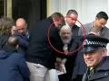 Britská polícia zatkla na ekvádorskom veľvyslanectve v Londýne zakladateľa organizácie WikiLeaks Juliana Assangea.