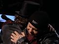 Kalimu prišlo speváka ľúto a vybehol na pódium, aby ho objal.