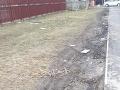 Toto ostáva po zaparkovaných autách na tráve