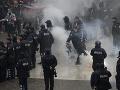 Viacero príslušníkov polície utrpelo zranenia počas opozičných protestov v albánskej metropole Tirana.