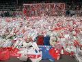 Fanúšikovia kladú kvety pred štadiónom Hillsborough