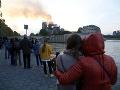 Francúzske združenie bezdomovcov skandovalo pred Notre-Dame: Aj my potrebujeme strechu!