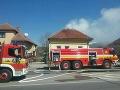 AKTUÁLNE V Liptovskom Mikuláši horí strecha rodinného domu, FOTO hasiči zasahujú