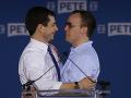 Pete Buttigieg (vľavo) a jeho manžel Chasten Glezman sa objímajú po tom, čo Buttigieg ohlásil prezidentskú kandidatúru na zhromaždení svojich priaznivcov v meste South Bend v konzervatívnom štáte Indiana 14. apríla 2019.