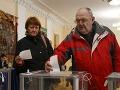 Voliči počas druhého kola prezidentských volieb