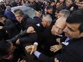 FOTO Odporné správanie, z ktorého vám bude zle: Útoky na politikov, obeťou aj český poslanec
