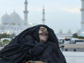 Na snímke Munira Abdullaová po tom, ako sa prebrala z kómy. Jej zdravotný stav sa zlepšuje.