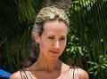 Urodzená Lady na pláži: Kostnatý hrudník, zarezané plavky!