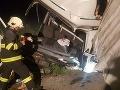 Desivé FOTO z nehody pri Košiciach: Po náraze skončil kamión v priekope, vodičovi išlo o život