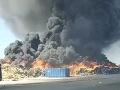 FOTO ako z katastrofického filmu: V obci Zohor horí výrobná hala aj skládka odpadu