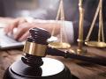 Dvojicu mužov, medzi nimi aj advokát, zadržala v Hlohovci NAKA: Definitívne idú do väzby
