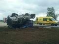 Vážna dopravná nehoda pri Trnave: FOTO Prevrátený kamión sa stal väzením pre jeho vodiča