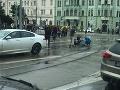 Dráma pred univerzitou v Bratislave: VIDEO Mladá žena riskovala, vrazili do nej dve autá