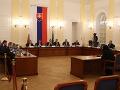Vypočúvanie pokračuje, pred parlamentný