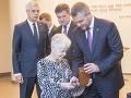 Peter Pellegrini (vpravo) odovzdáva pamätnú mincu preživšej holokaustu so slovenskými koreňmi Ruht Cohen  v Americkom múzeu holokaustu