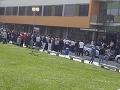 Vajdu hospitalizovali v nemocnici: FOTO Pred budovou sa zhromaždili Rómovia, zasahovala polícia