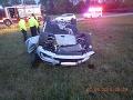 Auto po nehode skončilo na streche.