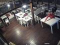 Muž odišiel z reštaurácie aj so stolom.