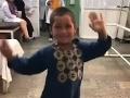 Chlapec (5) na VIDEU z kliniky je hviezdou internetu: Zvládol viac, ako znesú niektorí dospelí