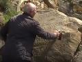 VIDEO Záhadný nápis na skale vo Francúzsku: Mestečko ponúka 2000 eur tomu, kto ho rozlúšti