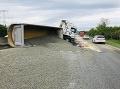 PRÁVE TERAZ Na diaľnici D1 sa prevrátil kamión: FOTO Kolaps dopravy