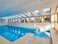 Súčasťou vily je aj krytý bazén.