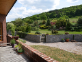 Rozľahlá záhrada poskytuje dostatok súkromia.