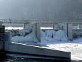 Zamrznutá MVE Hronská Dúbrava. Voda v malých vodných elektrárňach často zamŕza a následne spôsobuje ľadové povodne, ktoré ohrozujú obyvateľov a ich domovy v okolí.