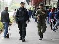 Fanúšikovia sú v bezpečí! FOTO Policajtom pomáhajú v uliciach vojaci, pozreli sme sa na ich výzbroj