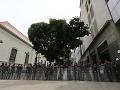 Napätá situácia vo Venezuele pokračuje: Polícia zabránila poslancom vo vstupe do parlamentu
