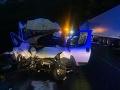 Nočná dráma pod Strečnom: FOTO Dodávka prešla na mokrej vozovke do protismeru, čelná zrážka s kamiónom