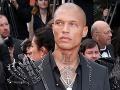 Šok na červenom koberci v Cannes: Najsexi väzeň sveta odkopol pracháčku?!