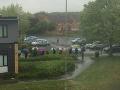 Na lekára sa nečaká len na Slovensku: FOTO z Británie, pacienti si postáli vyše hodinu v lejaku