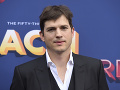 Ashton Kutcher sa nedávno ukázala v spoločnosti. Nad hornou perou sa mu už črtali fúziky.