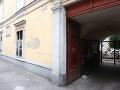 V jednom z podnikov na Panenskej ulici v hlavnom meste vykonáva polícia raziu vo veci sledovania novinárov.