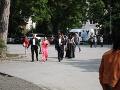 Na zámocký hotel, kde sa svadba Jasminy Alagič a Rytmusa konala, sa od rána schádzali pozvaní hostia.
