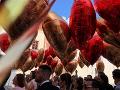 Svadobčania vypúšťali z nádvoria zámku červené a zlaté balóny.