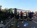 Pri nehode autobusu na diaľnici zahynula žena