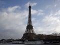 Parížsku dominantu museli evakuovať: VIDEO Muž sa pokúšal vyliezť na Eiffelovu vežu