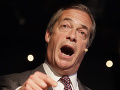 Útok na britského politika priamo na ulici: VIDEO Faragea zasiahol pohár s mliečnym koktailom
