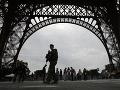 VIDEO Dráma na parížskej atrakcii: Krajina sledovala poblázneného muža, z veže nakoniec zliezol