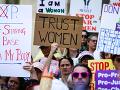 VIDEO USA zaplavili protesty proti zákonom zakazujúcim interupciu: Demonštranti sršia hnevom