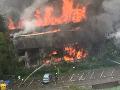 S plameňmi bojujú desiatky hasičov.