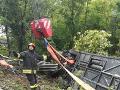 Autobus plný turistov sa v Taliansku prevrátil do priekopy: Nehoda si vyžiadala jednu obeť