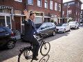 Aj holandský premiér Mark Rutte odovzdal svoj hlas. Odviezol sa na bicykli.